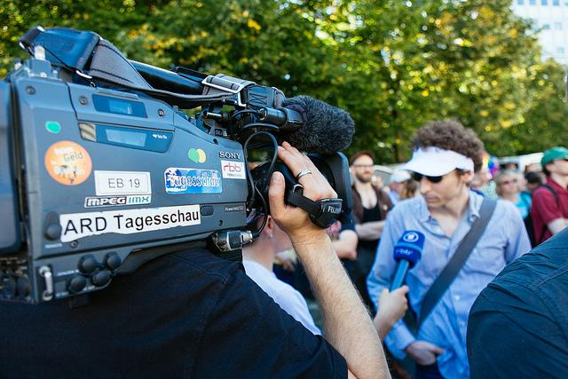ARD-Kamerateam bei der Arbeit. Foto: Marcus Sümnick, CC BY-SA 2.0, via flickr